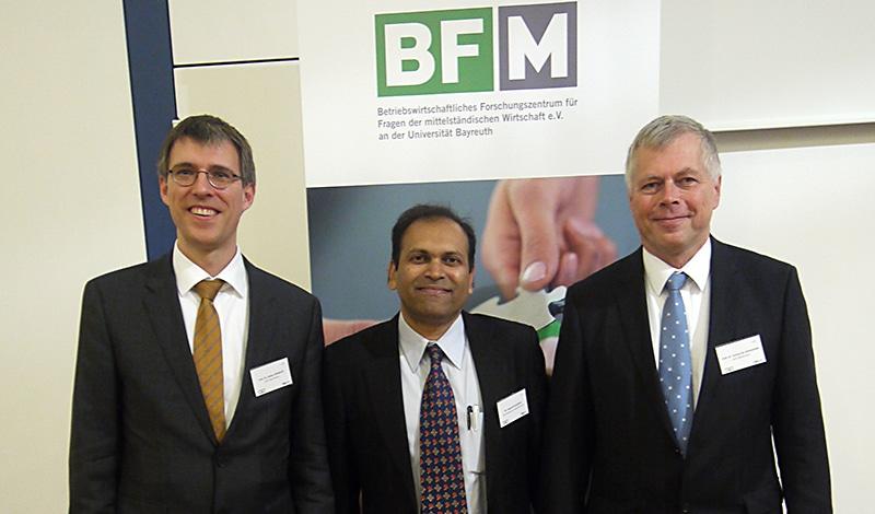 Prof. Dr. Stefan Wengler (li) und Prof. Dr. Torsten Kühlmann (r), die beiden Initiatoren des GIRT Oberfranken, gemeinsam mit dem neuen Indischen Generalkonsul Sugandh Rajaram aus München (Mitte). Foto: GIRT Oberfranken