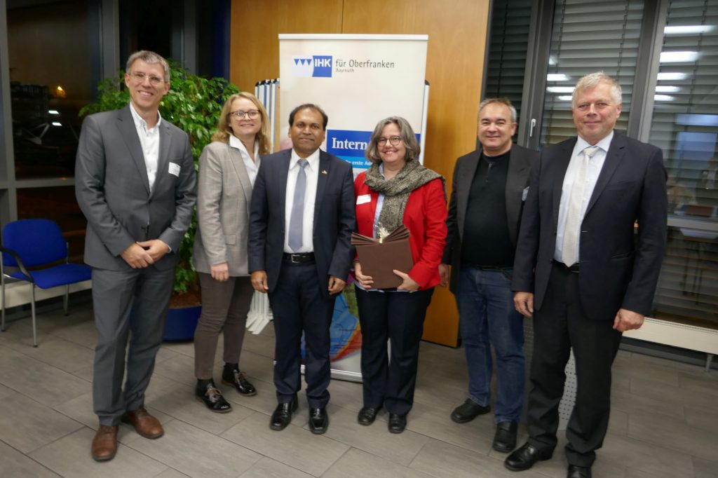 Auf dem Bild sehen Sie Prof. Dr. Stefan Wengler (li.), Co-Initiator des GIRT Oberfranken, Sara Franke (2. v. li.), Leiterin Bereich International der IHK für Oberfranken in Bayreuth, Sugandh Rajaram (3. v. li.), Indiens Generalkonsul für Bayern und Baden-Württemberg, Saskia Bonenberger (3. v. re.) und Thomas Schott (2. v. re.), beide Berater, sowie Prof. Dr. Torsten Kühlmann (re.), Co-Initiator des GIRT Oberfranken.