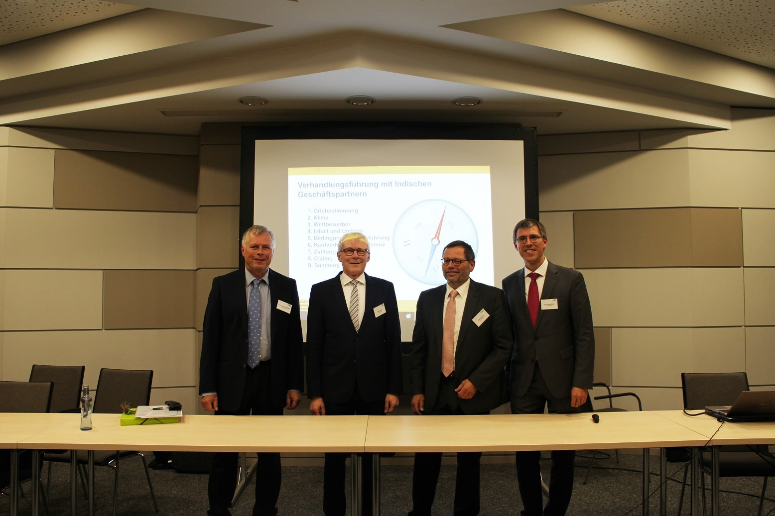 Prof. Dr. Stefan Wengler (re.) und Prof. Dr. Torsten Kühlmann (li.), die beiden Initiatoren des GIRT Oberfranken, Winfried Hilbig (2. v. li.), General Manager Asia Pacific Sales Gasket Division sowie Stefan Puchtler (2. v. re.), Director Sales Engineering Expansion Joint Division.